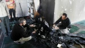 """إضرام النار في مسجد بالضفة الغربية والسلطة الفلسطينية تحذر من حرب """"دينية"""