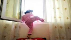 سقوط طفلة من الطابق الأول