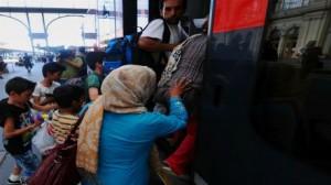 هنغاريا تفتح محطة قطارات بودابست أمام مئات اللاجئين