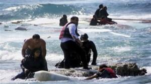 الأمواج العاتية تغرق 13 لاجئا قبالة السواحل