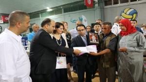 """بمناسبة دورة """"فرحة العيد"""" لكرة القدم وزير النقل يكرم عائلات شهداء الامنيين والعسكريين"""