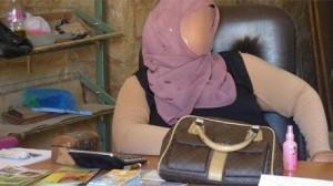 صورة موظفة نائمة أثناء عملها