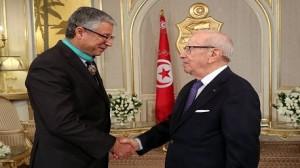 """""""السبسي"""" يمنح مدير الأرشيف الوطني الصنف الثاني من وسام الجمهورية"""