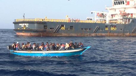 """""""المرزوقي"""" يُطالب الحكومة باستقبال الـ40 لاجئًا عالقا بالسواحل التونسية"""