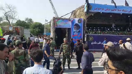 إيران: إطلاق نار من بنادق رشاشة خلال عرض عسكري