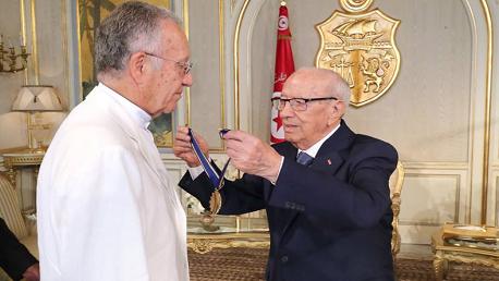 """منح """"عياض بن عاشور"""" الصنف الأوّل من الوسام الوطني للاستحقاق في قطاع التربية والعلوم"""