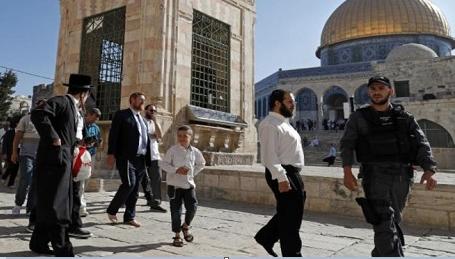 حرّاس وموظّفو الأقصى يتصدّون لاقتحام قوات الاحتلال لباحاته