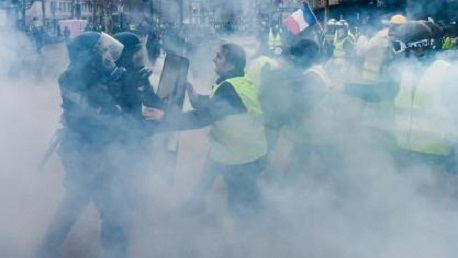 باريس: إصابات واعتقالات تطال 122 شخصا من متظاهري السترات الصفراء