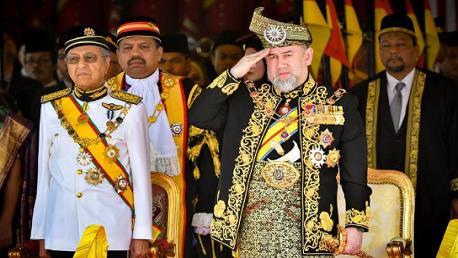 سلطان ماليزيا يعلن تنازله عن العرش