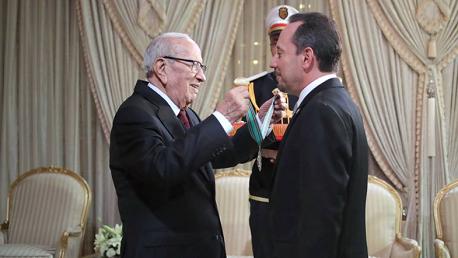 بمناسبة انتهاء مهامه: السبسي يمنح السفير الأمريكي الصنف الأول من وسام الجمهورية