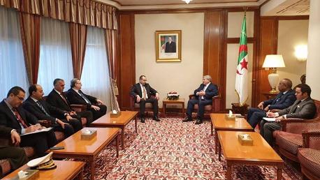 لقاء يجمع الوزير الأول الجزائري بوزير الداخلية وإمضاء اتفاق تعاون بين الحرس الوطني التونسي والدرك الوطني الجزائري