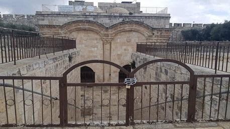 """الاحتلال يغلق """"باب الرحمة"""" في المسجد الأقصى بالسلاسل الحديدية"""