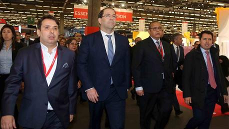 رئيس الحكومة يصل إلى باريس ويتحوّل للمعرض الدولي للنسيج والموضة