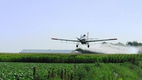 طائرة لرش المبيدات