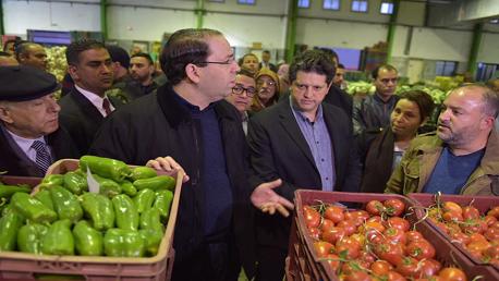 رئيس الحكومة يوسف الشاهد يتفقد تزويد السوق ويطلع على اسعار الخضر والغلال  في سق الجملة