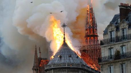 انهيار برج وسقف كاتدرائية نوتردام بالكامل