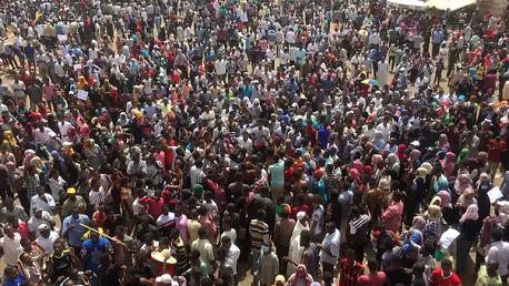 عشرات آلاف السودانيين