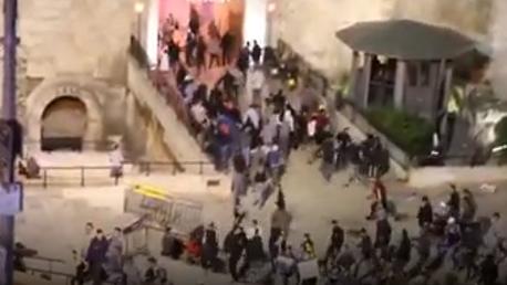 قوات الاحتلال تعتدي على المصلين في منطقة باب الاسباط وباب العمود