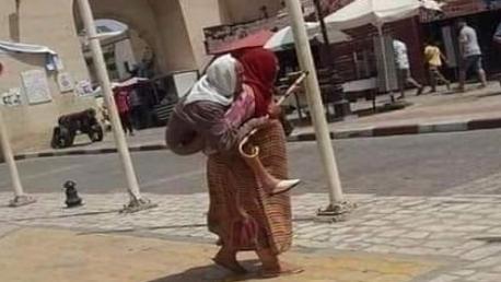 امرأة تحمل مسنا على ظهرها: وزارة المرأة تتدخل