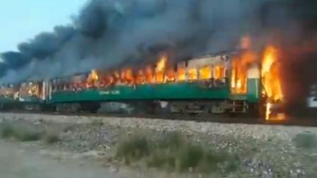 مصرع 65 شخصا بحريق قطار في باكستان