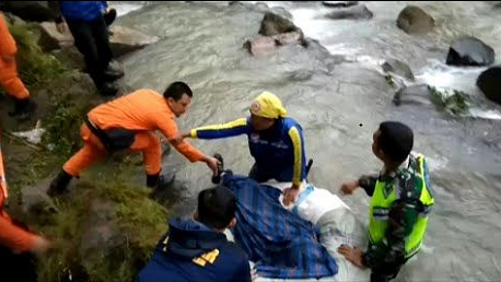 عشرات القتلى في حادث سقوط حافلة بواد في أندونيسيا