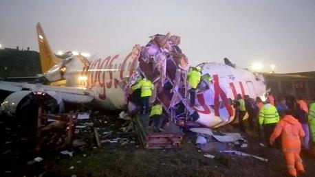 تحطم طائرة ركاب بإسطنبول وانشطارها إلى 3 أجزاء