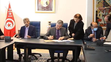 إمضاء اتفاق بصرف أجور عمال قطاع النزل السياحية لشهر أفريل