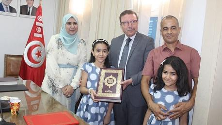تكريم أصغر حافظة للقرآن الكريم بمقر وزارة الشؤون الدينية