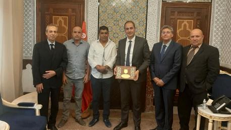 نقابة أعوان الديوانة تكرم وزير المالية