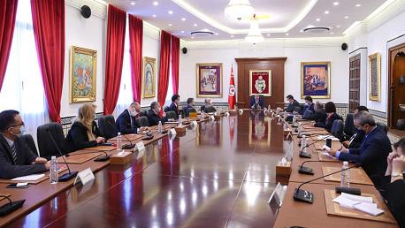 رئيس الحكومة يلتقي بأساتذة وخبراء في القانون