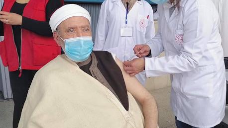 مفتي الجمهورية التونسية الشيخ عثمان بطّيخ يتلقّى الجرعة الأولى من اللقاح المضاد لفيروس كورونا