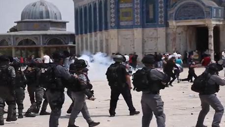 إصابات واعتقالات خلال اقتحام الاحتلال باحات الأقصى