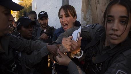 الاحتلال يعتقل مراسلة الجزيرة جيفارا البديري في حي الشيخ جراح بالقدس ويعتدي عليها بالضرب