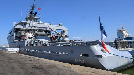 باخرة عسكرية فرنسية محملة بكمية من مادة الأكسجين