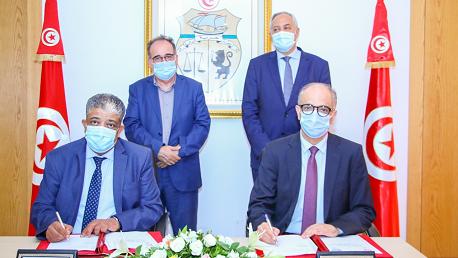 """توقيع اتفاقية شراكة للقيام بعملية توزيع بطاقات """"أمان"""" لفائدة المنتفعين ببرنامج الآمان الاجتماعي وبطاقات """"لاباس"""" لفائدة منظوري الصندوق الوطني للتأمين على المرض"""