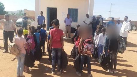القصرين : تلامذة المدرسة الابتدائية طربخانة بسمامة يتسلمون محافظ مجهزة بالكامل