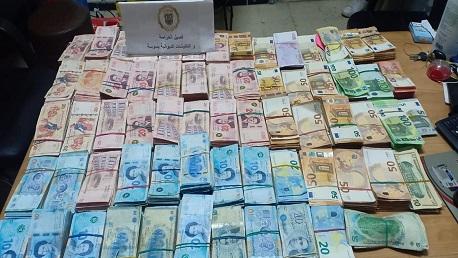 الديوانة تحجز مبالغ من العملة الأجنبية بقيمة 457 ألف دينار
