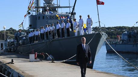 سعيد يشرف على موكب رفع العلم في القاعدة البحرية ببنزرت